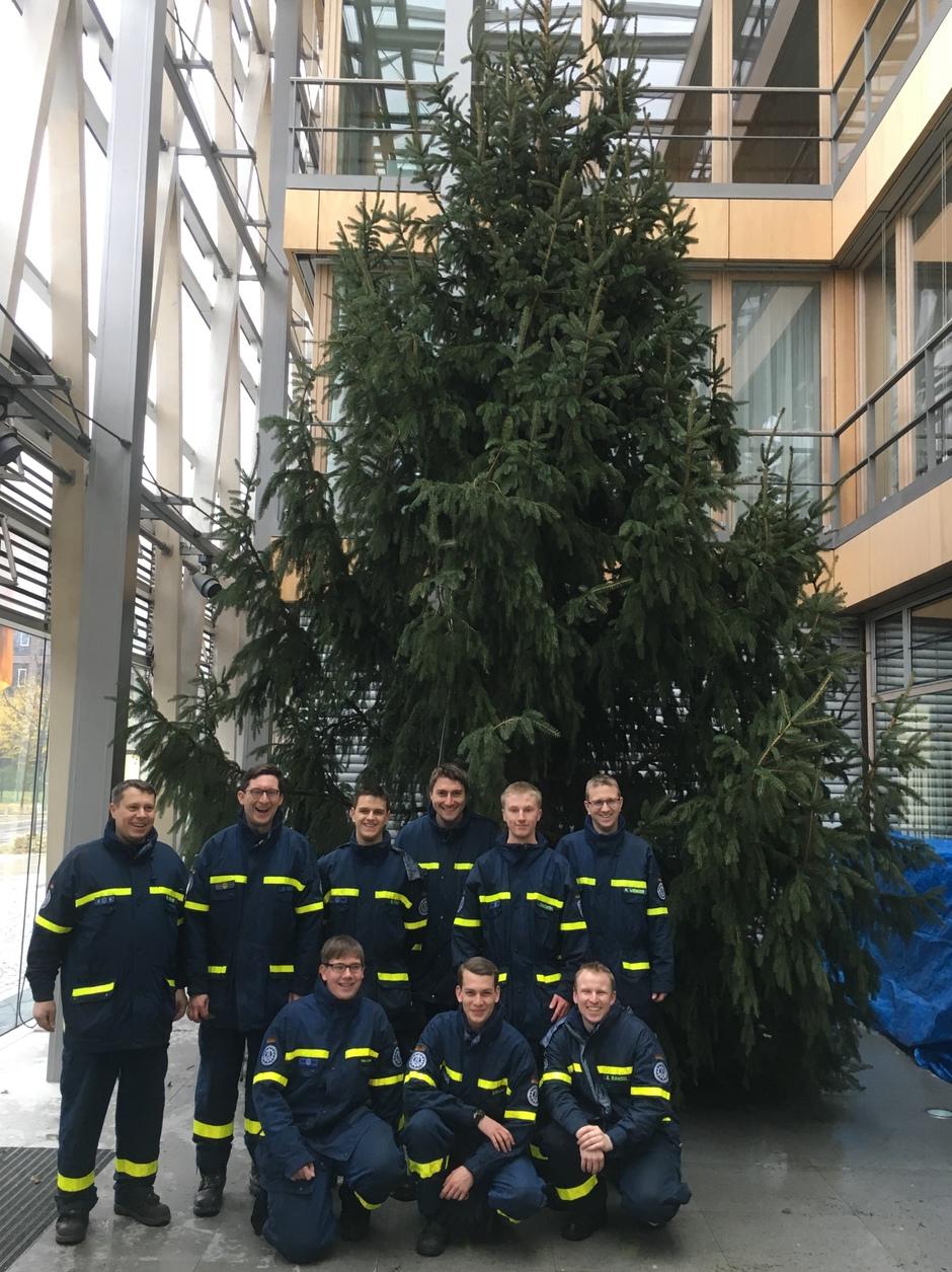Weihnachtsbaum Fällen Berlin.Thw Lv Nw Ein Weihnachtsbaum Für Berlin